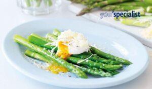 uova in camicia sul letto di asparagi