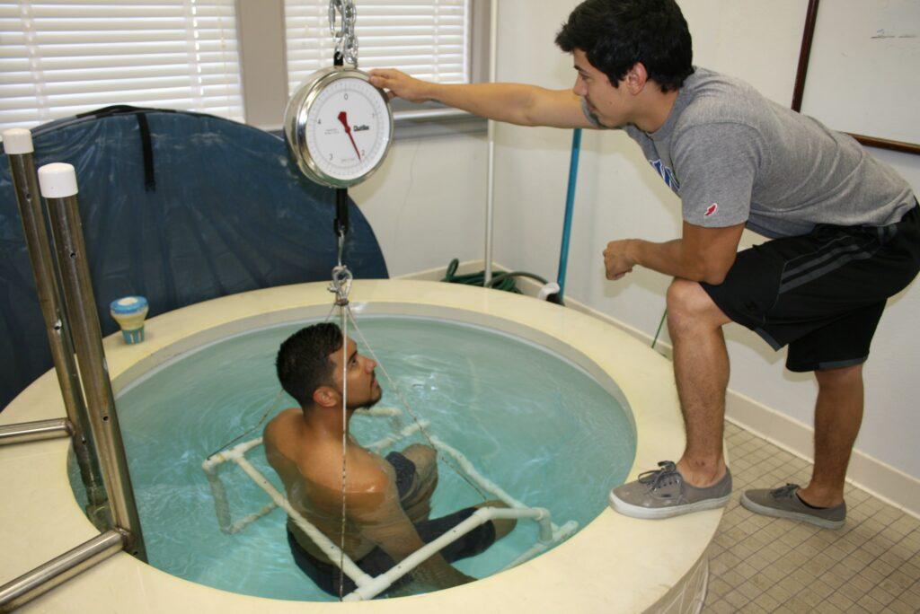 calcolare massa grassa: bilancia idrostatica