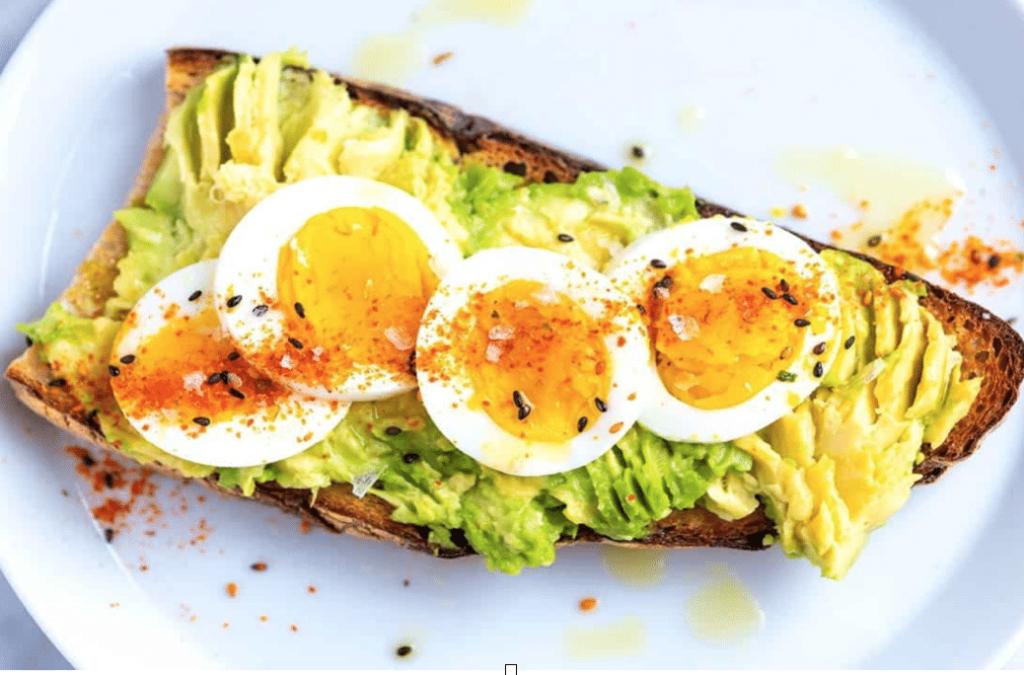 Toast con uova ed avocado